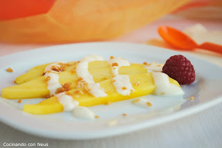 Mango con yogur al chocolate blanco y crocanti