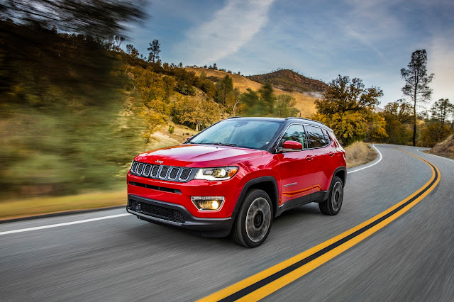 Front 3/4 view of 2017 Jeep Compass Limited