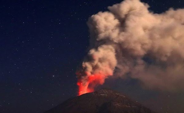 Alerta amarilla por erupción del volcán Popocatépetl en México.