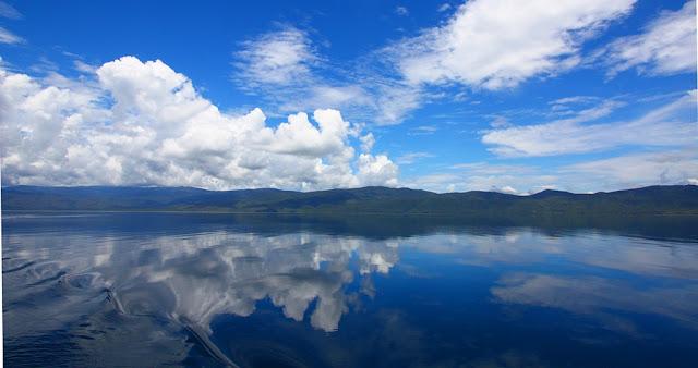 Pantulan Refleksi Awan di Danau Matano