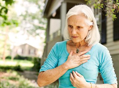 adulta mayor con dolor en el pecho