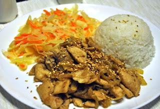 Kurczak z sezamem podany z ryżem i słodko-kwaśną surówką z białej kapusty