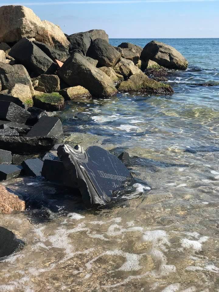 в бердянске укрепляют береговую линию могильными плитами