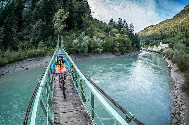 Hängebrücke Mountainbike Foto