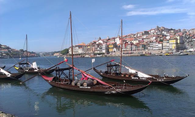 Barki służące do transportu Porto,zacumowane u brzegu Vila Nova de Gaia.