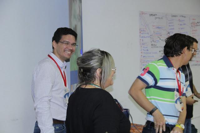 """A ideia do projeto é capacitar pessoas da sociedade para atuarem como líderes nos municípios. Grupo deve elaborar estratégias de desenvolvimento local.    Mais de 30 pessoas da região de Cacoal estão participando do Projeto Líder, desenvolvido pelo Sebrae em Rondônia. A iniciativa tem como objetivo capacitar os participantes para atuarem como líderes nos municípios onde residem. Nesta semana, foi realizado em Cacoal o 5º encontro do programa. A expectativa é que ao final do projeto o grupo consiga elaborar estratégias de desenvolvimento local para tornar a região mais competitiva.        Segundo o analista do Sebrae em Rondônia Desóstenes Nascimento, entre os participantes estão empresários, agentes públicos e membros da sociedade civil. O Projeto Líder deve ajudar a fortalecer o ambiente político e econômico dos municípios.    """"Esse é o 5º encontro (ao todo serão oito), e no final os grupos participantes compostos por representantes dos municípios de Espigão do Oeste, Pimenta Bueno, Alvorada do Oeste, Presidente Médici e Cacoal vão criar um plano de ação para desenvolver trabalhos regionais. Para isso, a cada reunião eles recebem orientações com os nossos facilitadores"""", explicou Desóstenes.          João Batista é um dos facilitadores do Projeto, ele acredita que ter uma sociedade atuante é fundamental para o fortalecimento da economia no estado.    """"Durante o Projeto Líder, estabelecemos um ambiente de convivência para que os representantes do poder público, da iniciativa privada e do terceiro setor, possam ser capazes de conversar em determinadas regras de convivência e determinado espaços, compartilhando seus valores, ideias e sonhos. A partir desse diálogo, eles serão capazes de construir algo que seja realmente transformador para região"""", disse João.        Morador de Cacoal, Romeu Moreira é um dos participantes; ele acredita que a iniciativa é uma oportunidade de promover o crescimento dos municípios em diversos setores.    """"A cada encontro as discussões cre"""