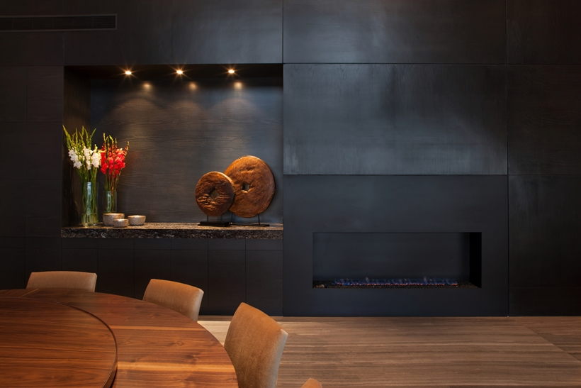 Black wall in Dominant modern mansion by GLR Arquitectos