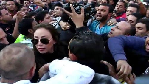 بالفيديو .. طرد ريهام سعيد من محيط الكنيسة البطرسية