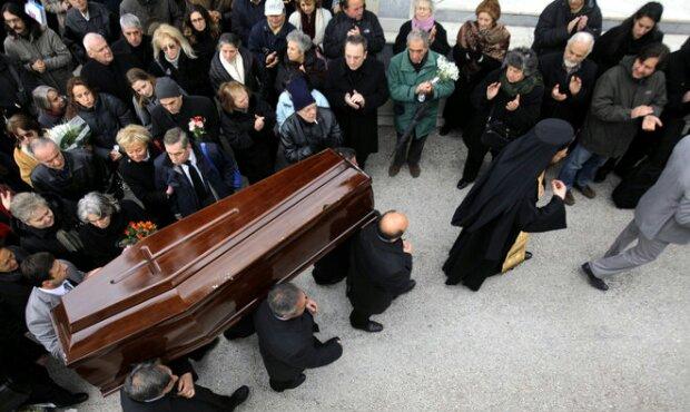 Αίσχος: Παπάς ξεφτίλισε νεκρό και τους συγγενείς του στην κηδεία!