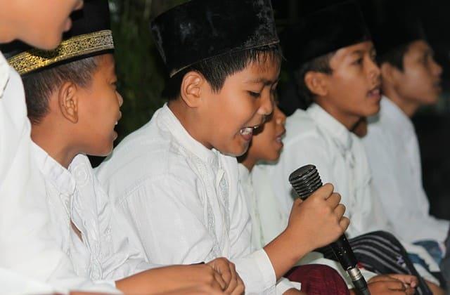 Mendidik anak dengan agama, hal pertama yang wajib kamu lakukan sejak anak usia belia