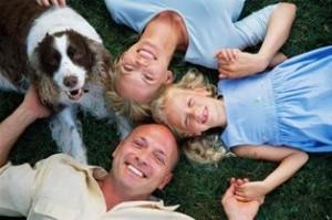 Foto de un perro posando con una linda familia