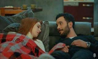 حبيبته نايمة جنبه و هو بيبص لها بصة رومانسية خطيرة
