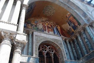 Quant aux portails latéraux , ils relatent l'épopée des reliques du Saint.