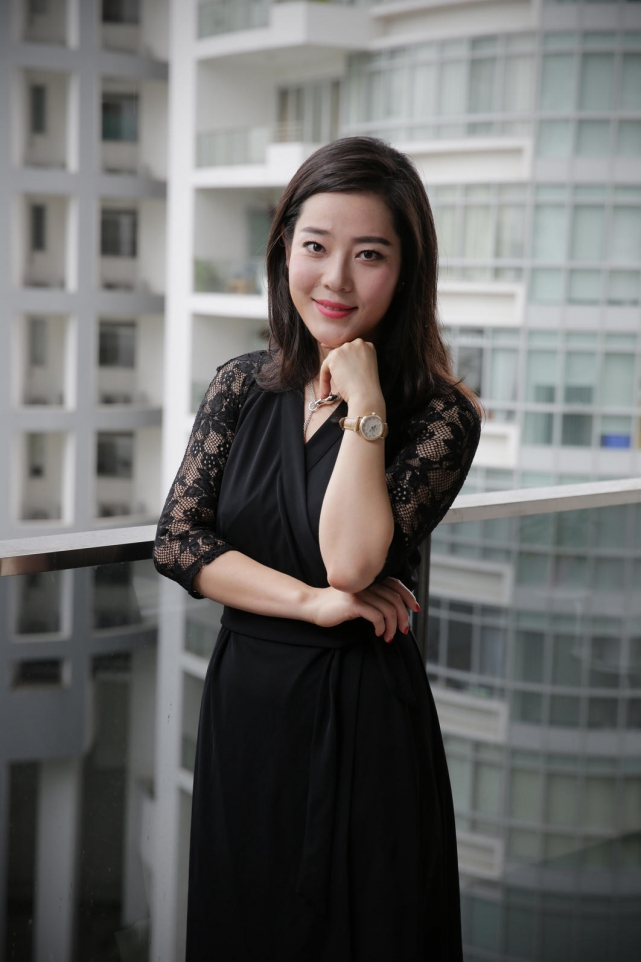 She added that she would consider dating a Singaporean man as she is single right now, but that she wouldn't force the issue as she was focused on her career.