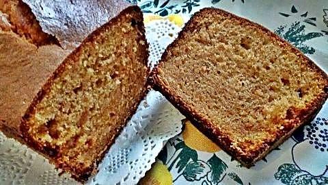 Corte bizcocho sin gluten de galleta