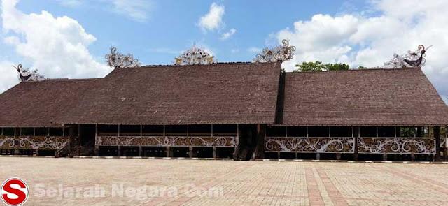 Gambar Rumah adat Kalimantan Timur berukir
