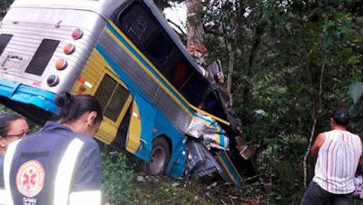 Resultado de imagem para acidente com ônibus de turismo trecho de São José da Vitória