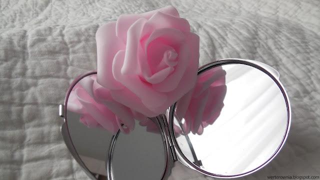zdjęcie róży w lusterku