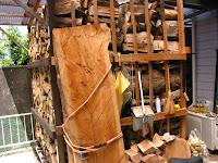 薪棚と一枚板