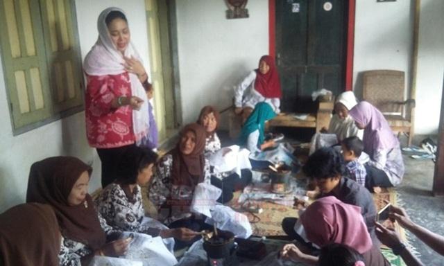 Titiek Soeharto menyapa para pembatik di rumah batik milik Mbak Mamik