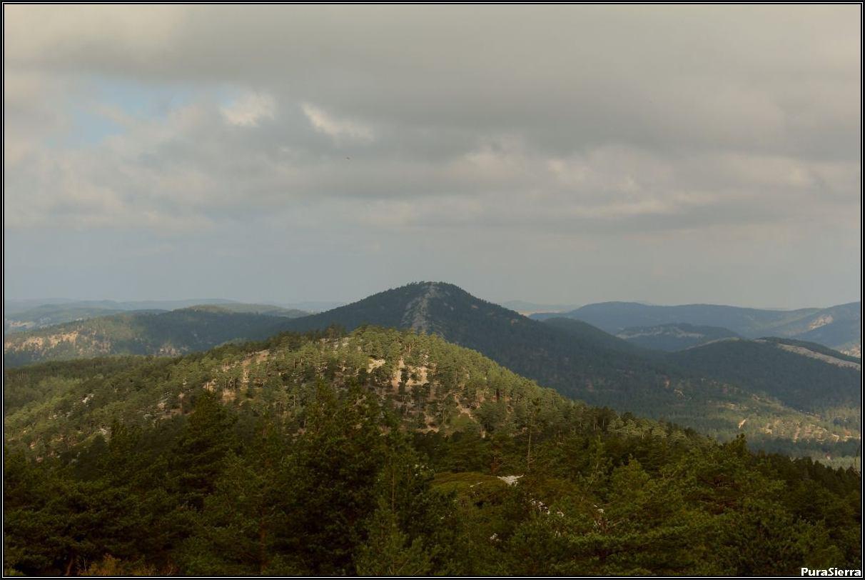 El Cerro Del Enebral visto desde la cumbre de La Cruceta. En segundo término se observa la cima de La Mogorrita