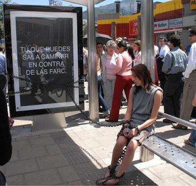 Publicad creativa en parada de autobus