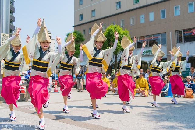 吹鼓連、高円寺駅北口広場での舞台踊り、女踊りの踊り手達の写真 1