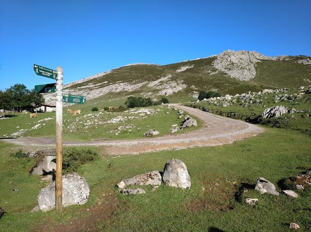 Cruce de caminos del sendero de Monte Palomberu a la Vega de Enol