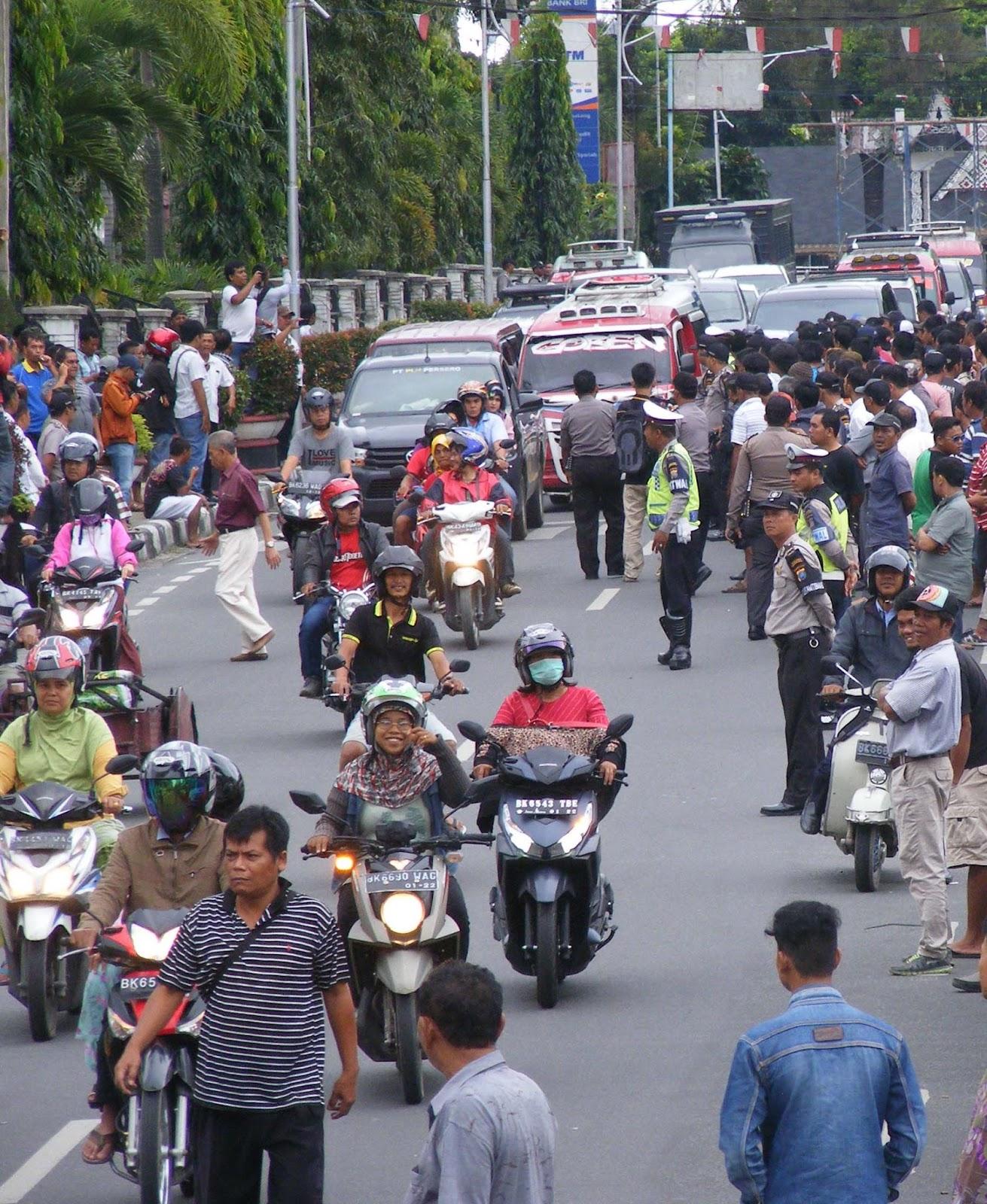 Aksi demo para sopir angkor dan penarik betor di Siantar.