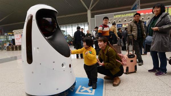 الصين توظف رجل شرطة آلي في محطة القطارات