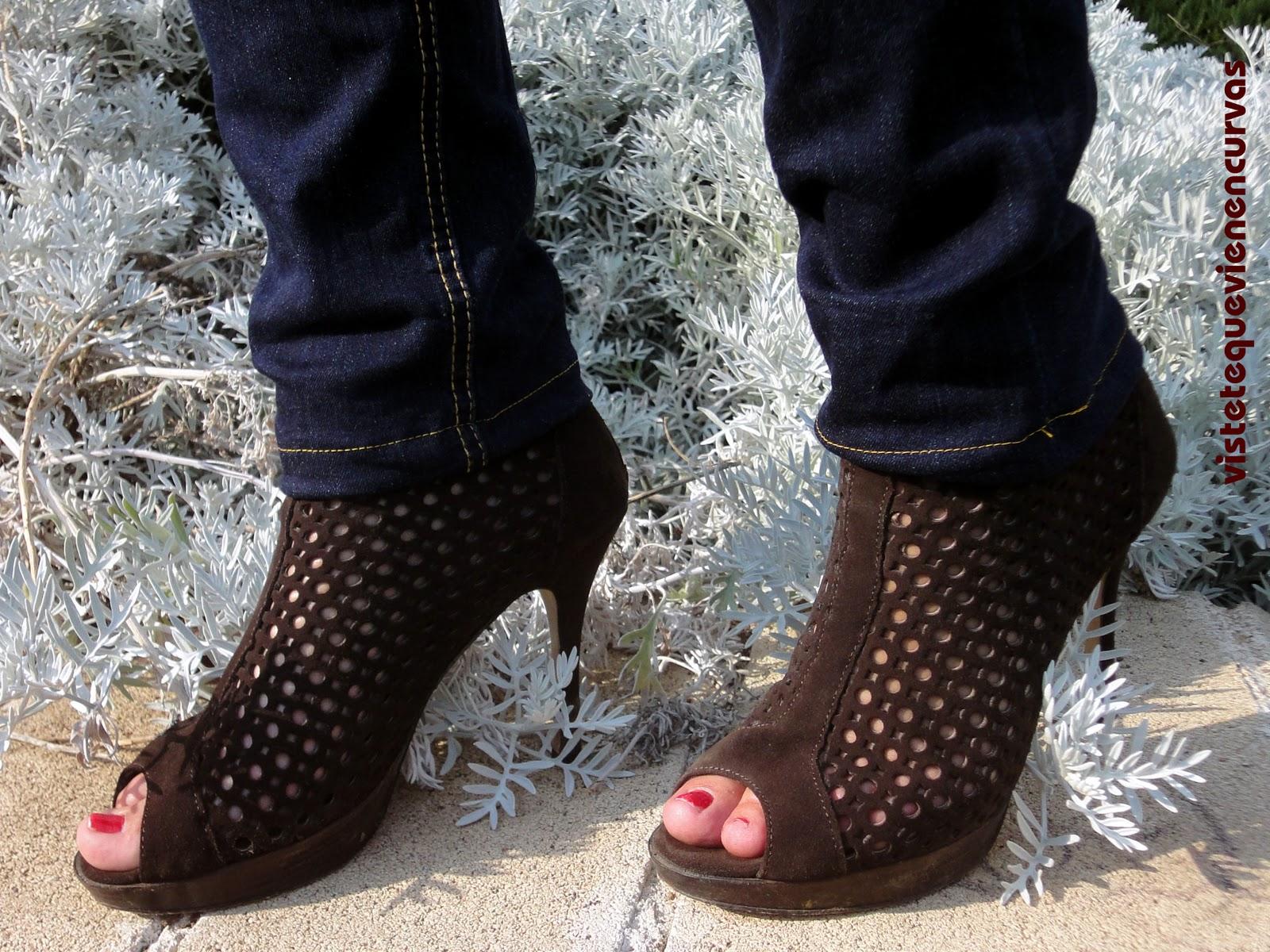 image Rubia delgada botines y medias de látex se la follan
