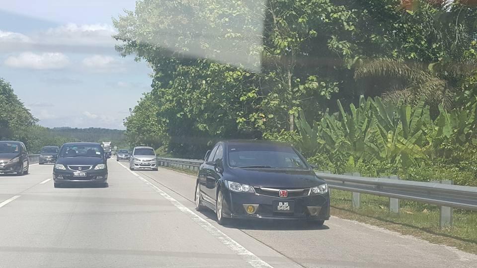 Gambar kereta yang menggunakan laluan kecemasan di Malaysia