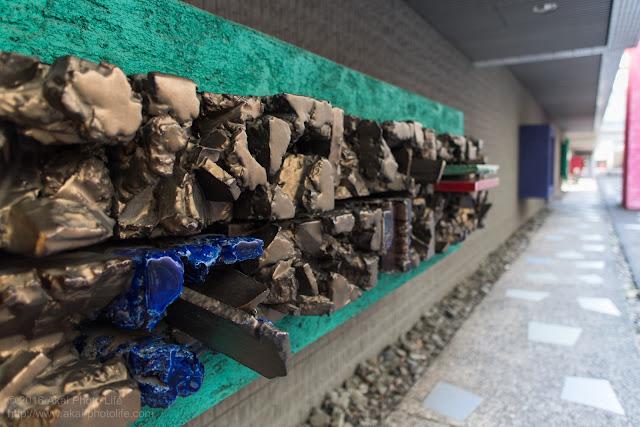 三鷹市芸術文化センターフェスティバルスペースにある中村錦平(陶芸家)さんのオブジェ