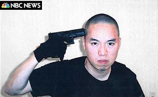 Photo de la NBC, montrant Cho Seung-Hui mimant son suicide