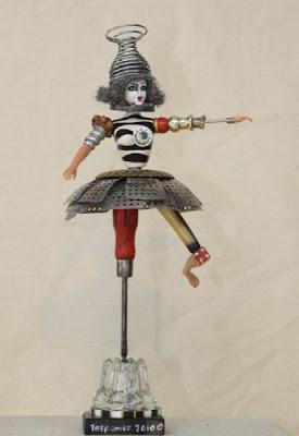 Escultura  de muñeca con pedazos de madera y  metales reciclados