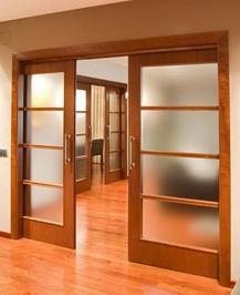 para instalar una puerta corredera se necesita instalar una gua o carril en la pared normalmente en la parte superior en armarios se suele utilizar