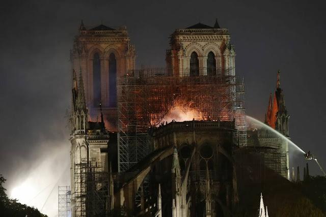 ΣΟΚ: Τι απειλεί τώρα την Παναγία των Παρισίων εκτός από τη φωτιά (pics)