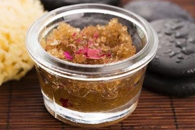 Gommage naturel au sucre pour prendre soin de votre peau à la maison