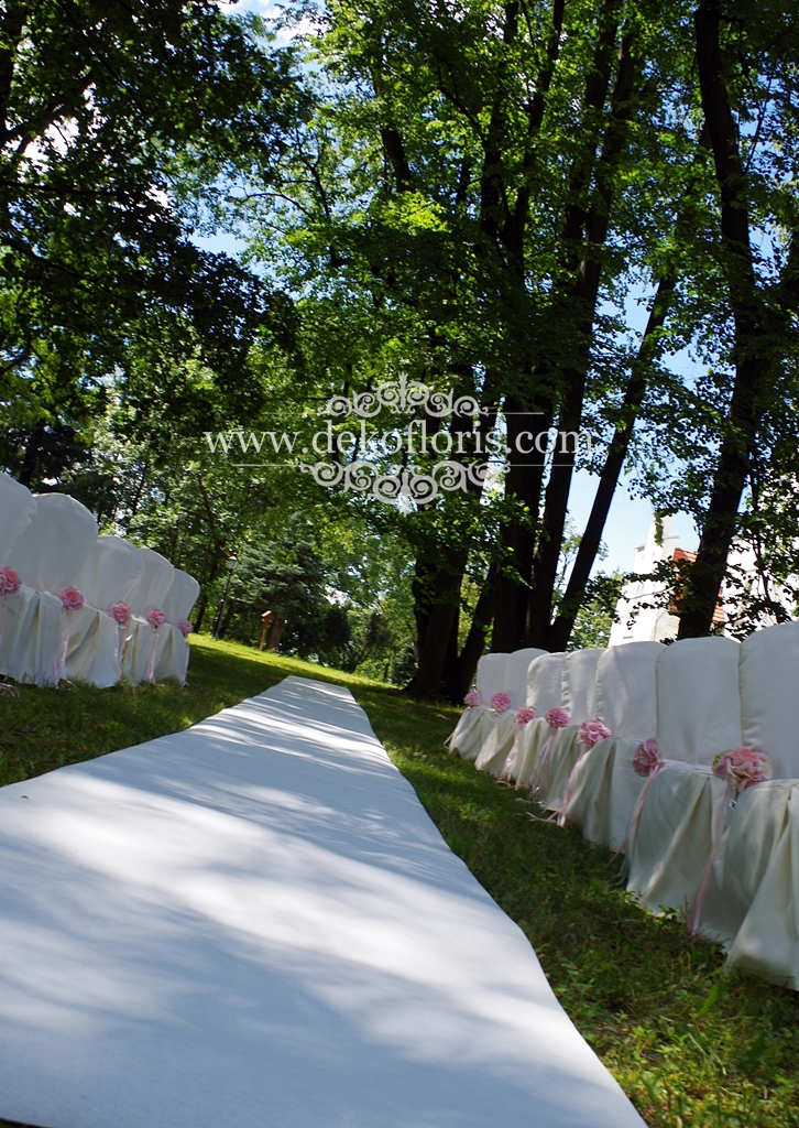 Biały dywan ślubny na plenerowym ślubie Sulisław