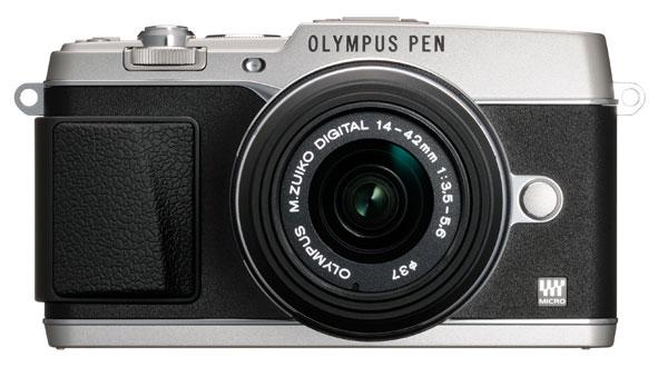 La Olympus PEN E-P5 fotografata di fronte