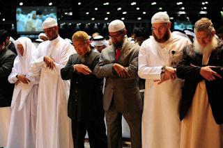 Umat Islam Sedang Melaksanakan Sholat Shubuh