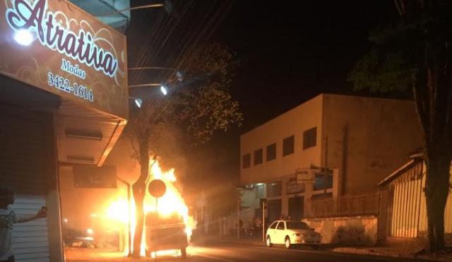 Veículo é destruído por incêndio em Apucarana