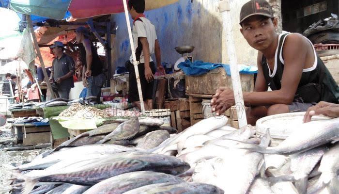 Pedagang ikan di pasar