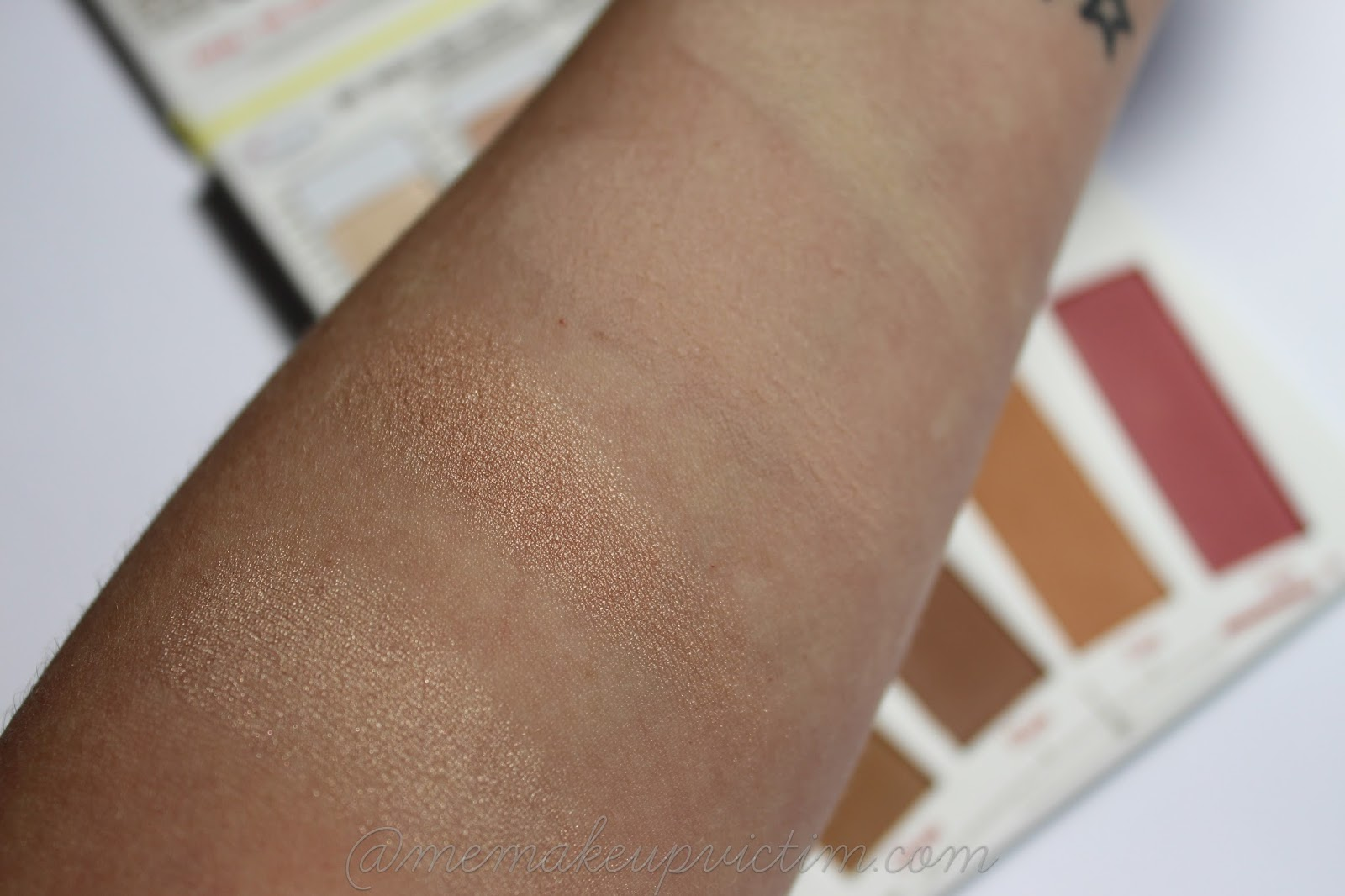 thebalm highlight n contour paleta swatch