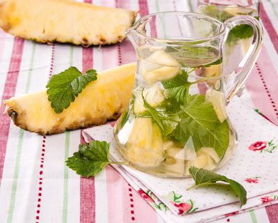 Овкусена вода с маточина и ананас