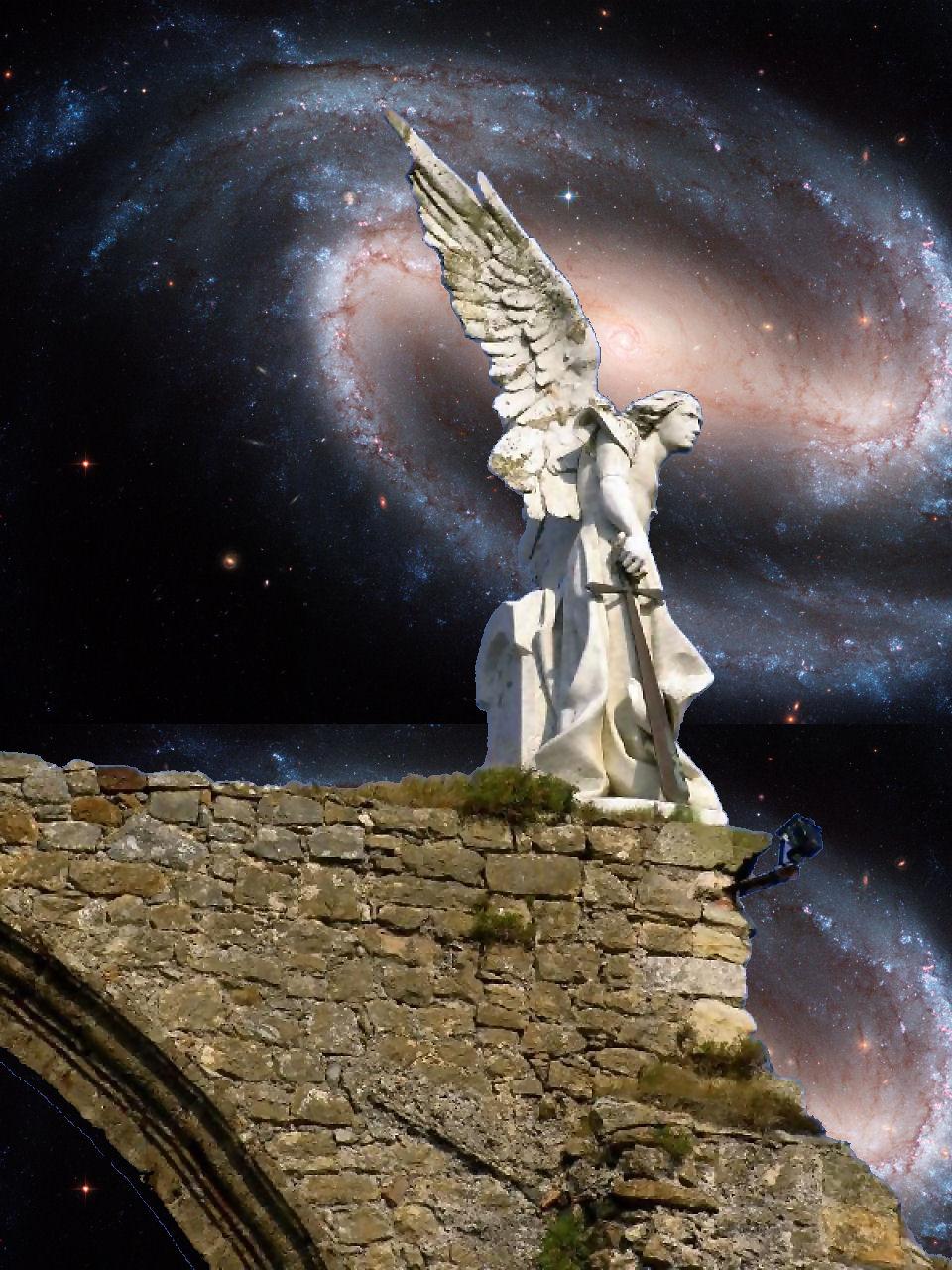 Primeiro plano: anjo em Comillas, Espanha. Fundo: Barred Spiral Galaxy NGC 1300, NASA.