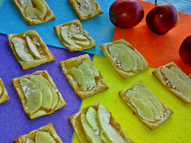 випічка зі слойоного тіста з варенням і яблуками
