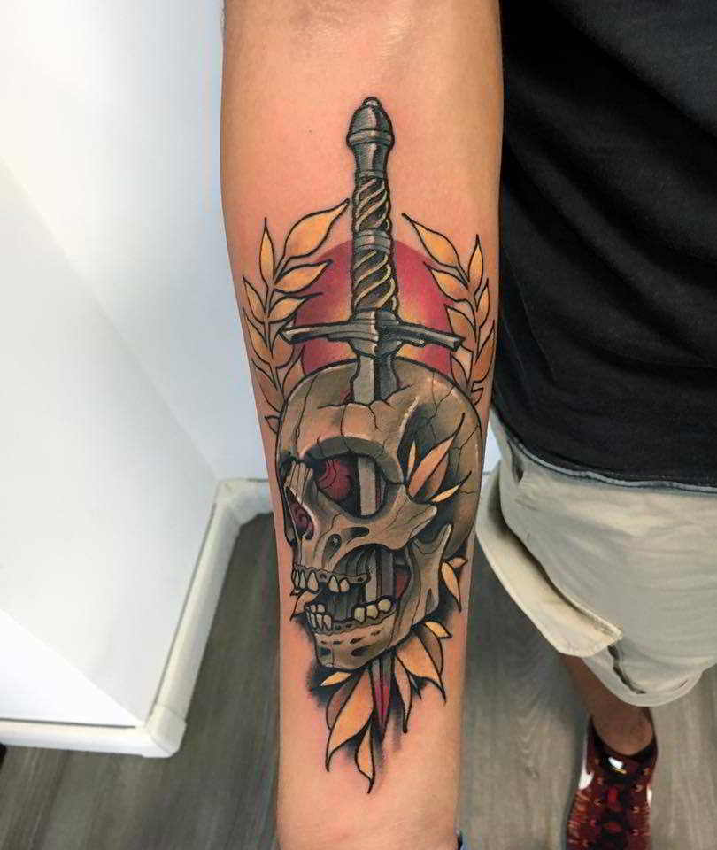 Una clavera tatuada en el antebrazo