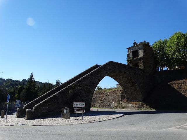 Escalinata y la capilla de las Nieves en Portomarín