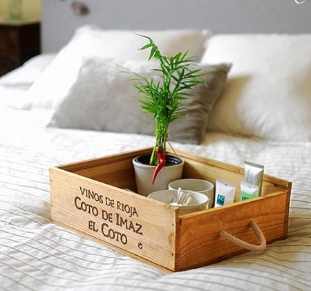una bandeja para engrer con desayunos a la cama como ves la caja mantiene su color original e incluso la escritura con el nombre del vino forma la